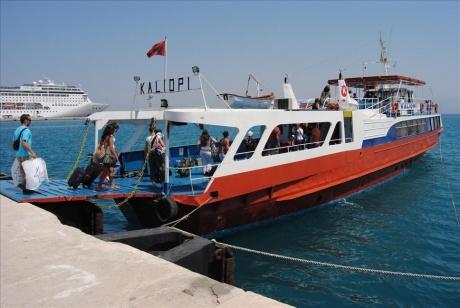 Плавание на пароме из греческого Корфу в албанскую Саранду
