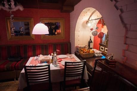 Тирана - маленький, но очень приятный ресторан VinEs