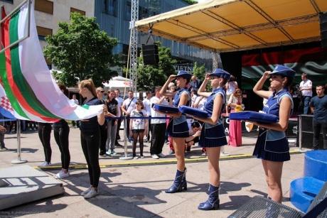 Загреб. Брутальные мужчины и девушки в синем.