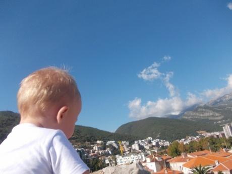 Мама с ребёнком (1год 3 мес.) в Черногории в октябре 2014.