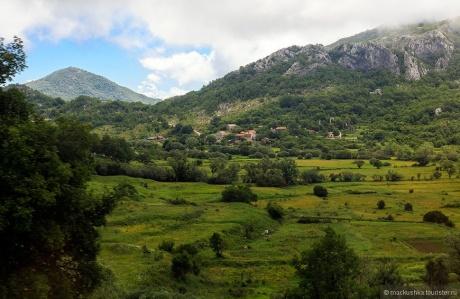 Черногория через окно автобуса