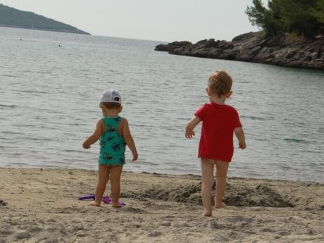 Пляж для отдыха с малышами в Черногории.