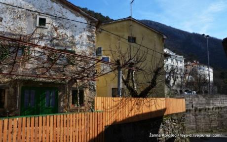 Городок в долине под скалами