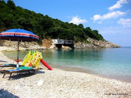Пляж при монастыре Святого Георгия и сам монастырь