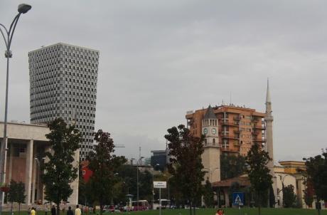 Эта прекрасная многоцветная Тирана -буйство цвета, воплощенное в жизнь