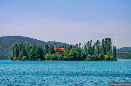Живописный Висовац, остров-монастырь